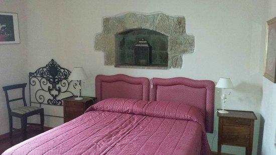 Residence La Magnolia Bed & Breakfast : Large room with original details
