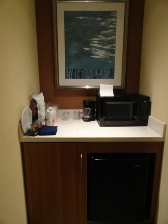 SpringHill Suites Syracuse Carrier Circle: Small fridge, microwave and coffee area