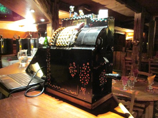 Le Galeta : They don't actually use this old cash register, but it adds ambiance
