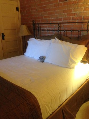 Chamberlin Inn : Chocolates on bed!