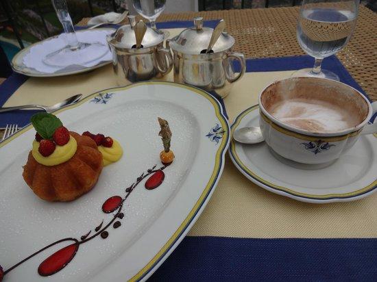 Rossellinis Restaurant : デザートとカプチーノ