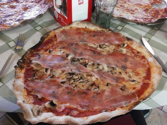 La Vecchia Ferrovia: pizza al piatto