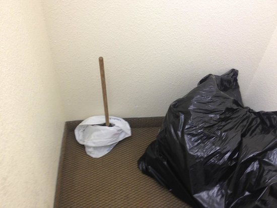 Hilton Garden Inn Outer Banks/Kitty Hawk: Plunger for two days in the stairwell??