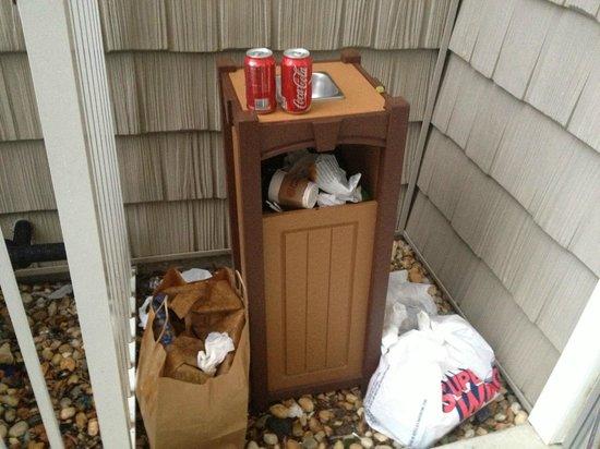 Hilton Garden Inn Outer Banks/Kitty Hawk: Trash by the side access doors