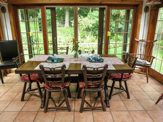 WhistleWood Farm Bed and Breakfast: Breakfast table