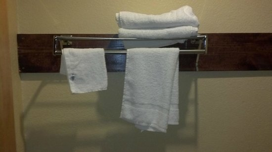 Americas Best Value Inn & Suites Colorado Springs: This is how the towels are left by housekeeping each day. A couple of cheap rough locker room to