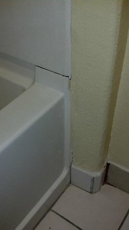 Americas Best Value Inn & Suites Colorado Springs: crack in the tub