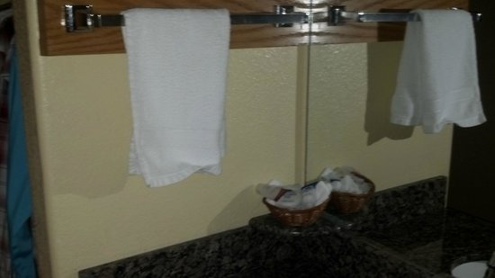Americas Best Value Inn & Suites Colorado Springs: This is the one and only towel you get by the sink. Again tossed loosely over bar by housekeepin