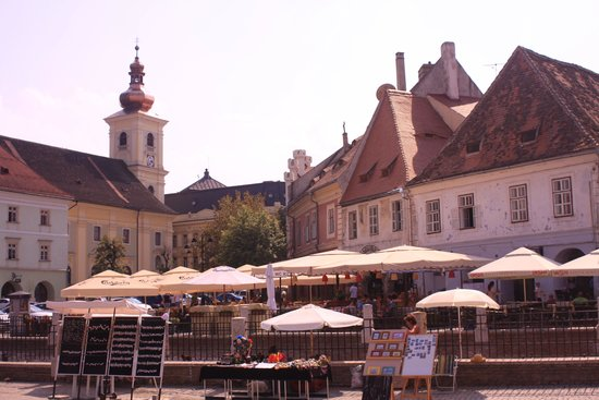 Pensiunea Cardinal: Lively town plaza in Sibiu