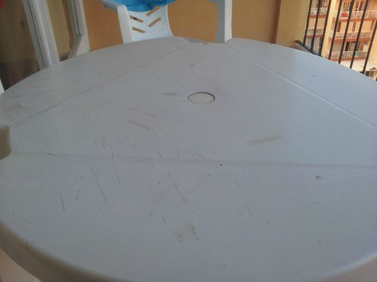 Don Quijote Hotel: Nice broken and chipped balcony table