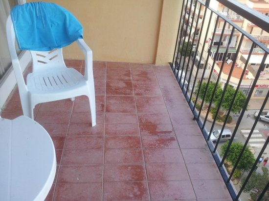 Don Quijote Hotel: Balcony floor tiles all chipped and worn