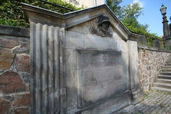 Ev.-luth. Kirche Moritzburg: Außenansicht Kriegerdenkmal