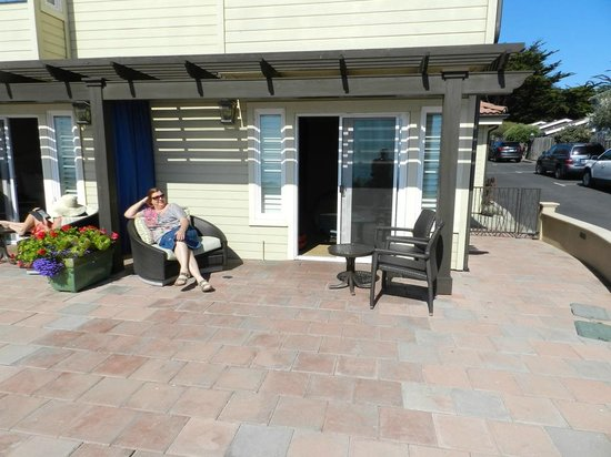 Blue Dolphin Inn: Relaxing on the patio