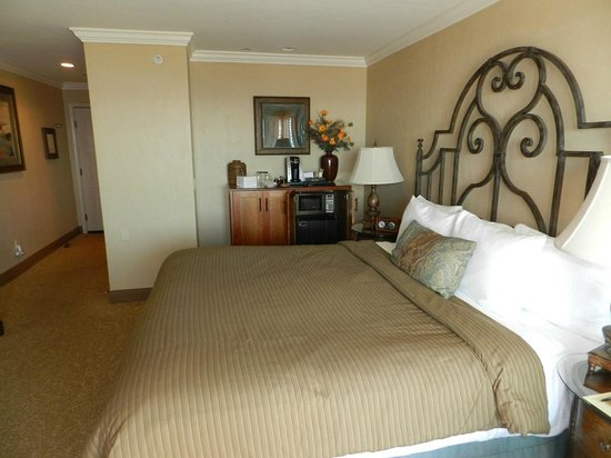 Blue Dolphin Inn: King-sized bed, frig, microwave