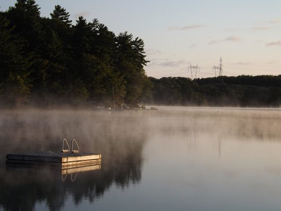 Lakeview Cottages: Mist rising off the lake.. cool late summer morning