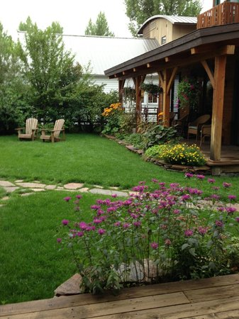 The Alpine House Lodge & Cottages: front yard, view from dining room
