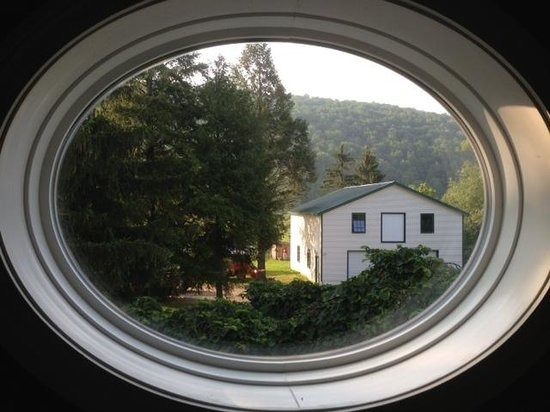 Evergreen Tea Room and Guest House : Oval window in the bathroom frames a country view