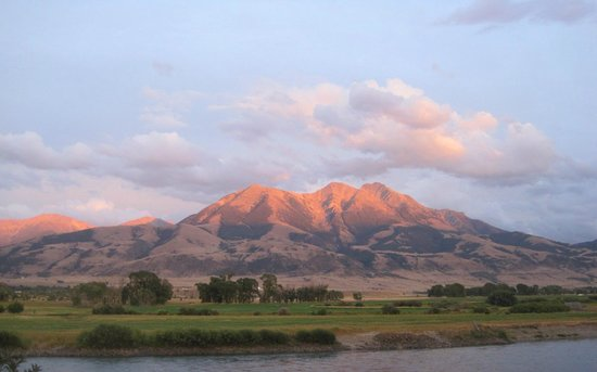Paradise Gateway Bed & Breakfast: Emigrant Mountain at sunset from the back