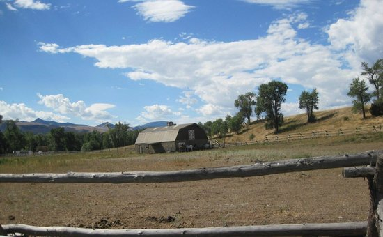 Paradise Gateway Bed & Breakfast: The horse pasture at Rivers Bend Lodge
