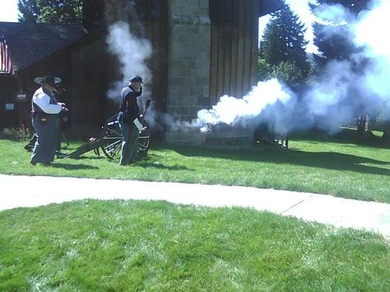 Fort Dalles Museum and Anderson Homestead: Firing cannon