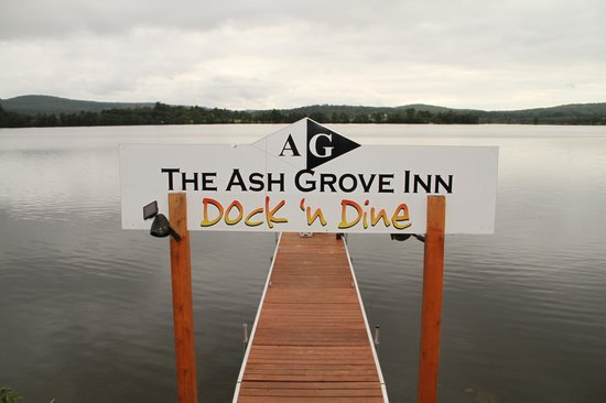 Ash Grove Inn Motel: Hotel's dock directly across road