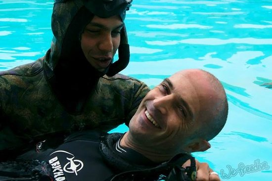 We Freedive: Rescue training. Yann is in good hands with Farzad.