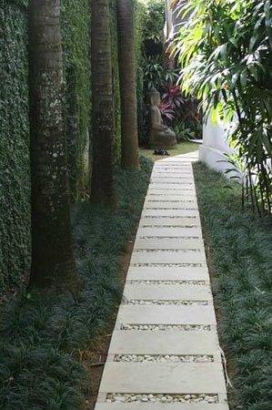 Andari Bali Villas : Inside the gate, leading to the villa