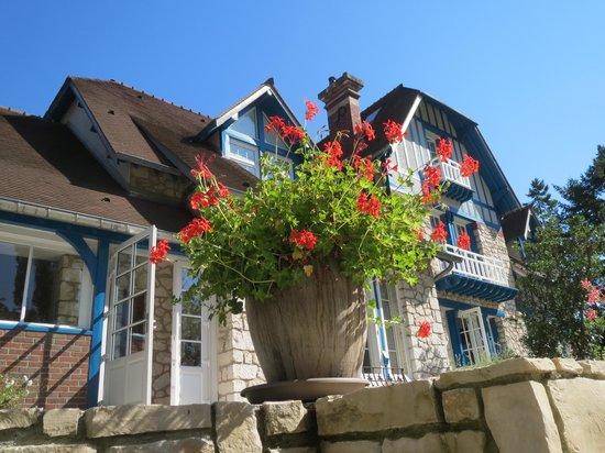 Le Jardin des Plumes : 庭からの本館