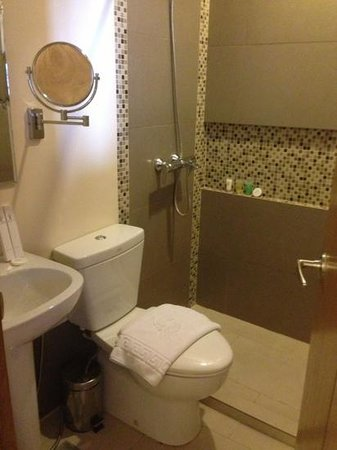 St. Mark Hotel: Clean bathroom