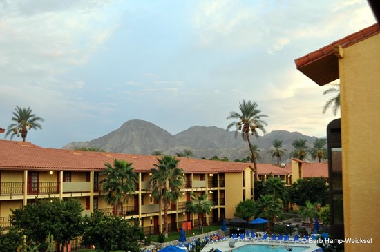 Embassy Suites by Hilton Hotel Palm Desert: looking toward the pool in front of Rm. 318