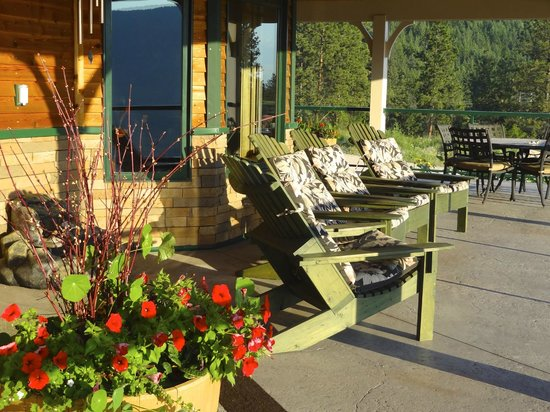 Country Ridge Bed and Breakfast : Relax on the veranda.