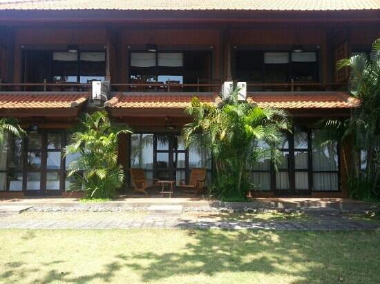 Nugraha Lovina Seaview Resort : family downstair.each room has their private door