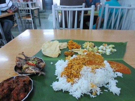 Selvam: バナナリーフカレーにチキンと魚