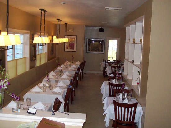 Puccini Restaurante: Front end of dining area.