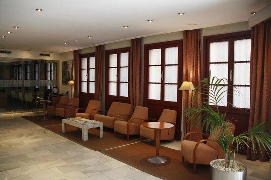 Tryp Ciudad de Alicante Hotel: Холл около ресепнш