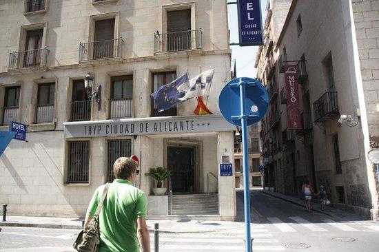 Tryp Ciudad de Alicante Hotel: Отель с улицы