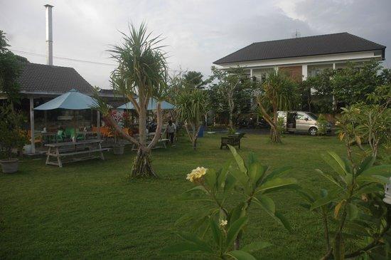 Jepun Bali Homestay: Garden front of Building
