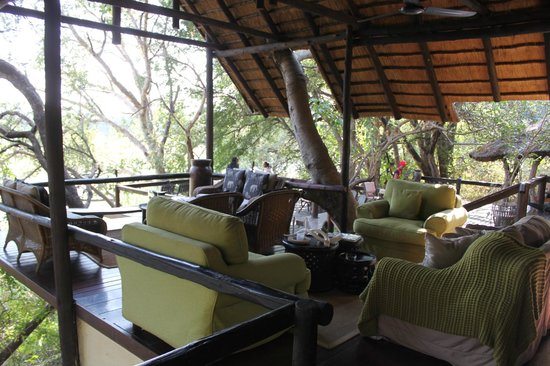 Pondoro Game Lodge: Common deck for sitting and reading