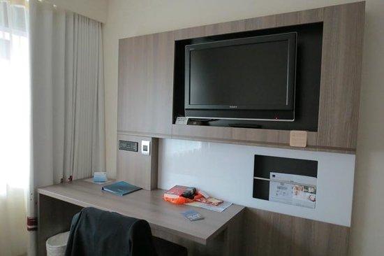 Novotel Wellington: View of TV in room