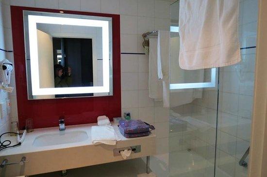 Novotel Wellington: View of bathroom