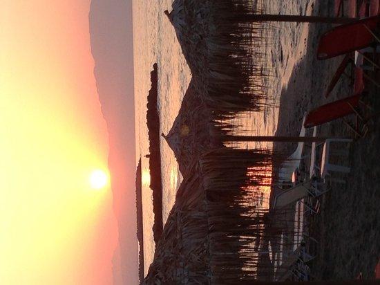 Agia Marina Beach: Härlig bild av solnedgången!