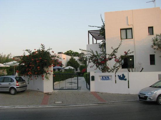 Eva Suites & Apartments: Ingång till hotell området