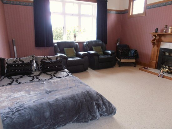 Wairarapa, New Zealand: Guest lounge as bedroom with B&B