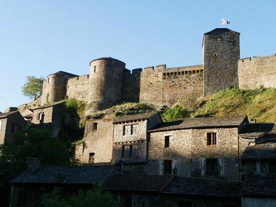 Le Relays du Chasteau: le chateau face a l'hotel