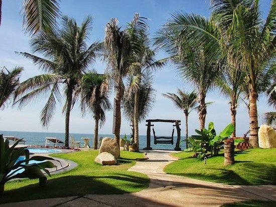 Mui Ne Paradise Beach Resort: surrounding and beach