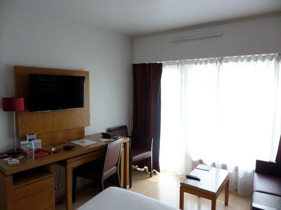 Residhome Courbevoie la Défense : Room (TV+Desk)