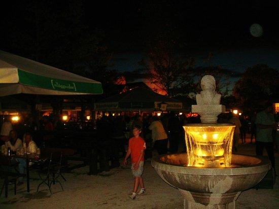 Schwabengarten: Biergarten in Moonlight.