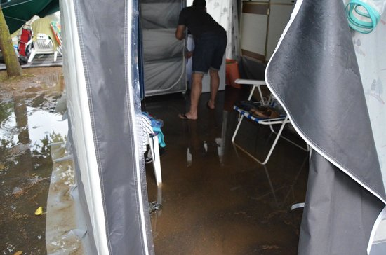 Camping L'Amfora : INTERIOR AVANCE, YA SE HABÍA EVACUADO AGUA