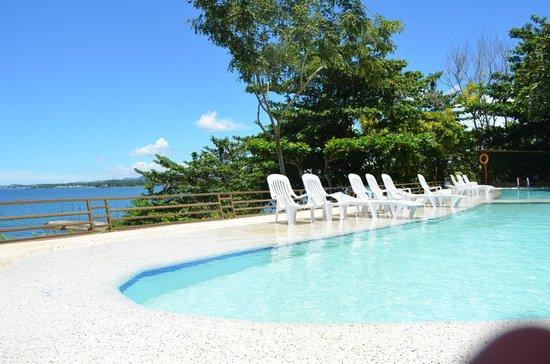 Almont Beach Resort: poolside