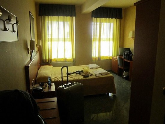 Hotel Gonzaga: room, yellow, dingy